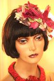 Ritratto di donna di bambola, con fiori nei capelli, verso il giallo — Foto Stock