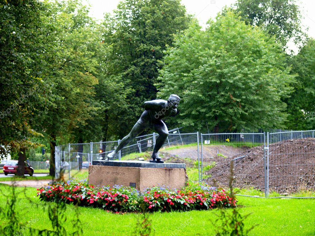 Statue of Oscar Mathisen, a legendary speed skater from Norway, outside Frogner stadium — Stock Photo #11908154