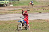 Motocross yarışçısı seyirci selamlıyor — Stok fotoğraf