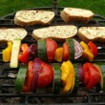 ızgara sebze şiş ve kızarmış ekmek — Stok fotoğraf