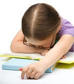 Söta lilla flicka sover på en bok — Stockfoto