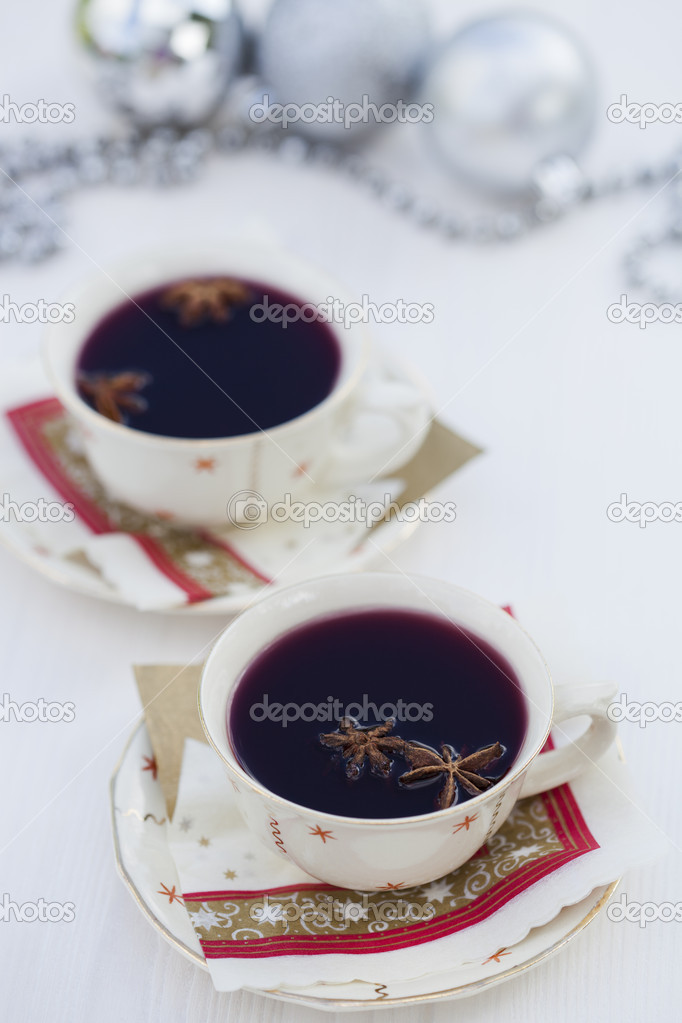 Close-up of warm mulled wine with star aniseed for Christmas — Foto Stock #11789537