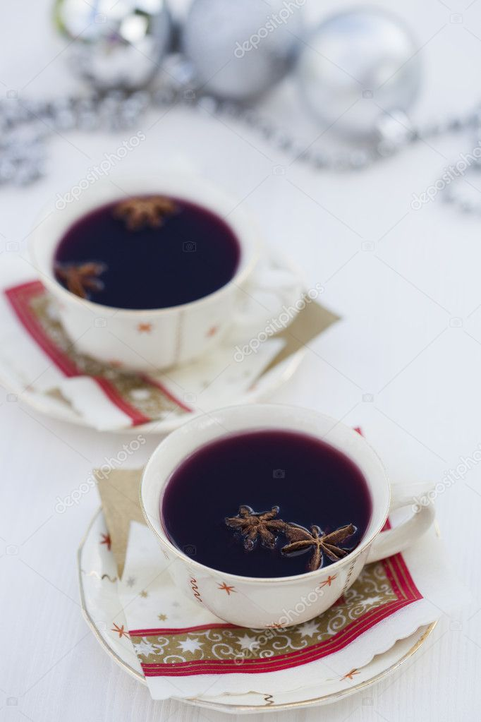 Close-up of warm mulled wine with star aniseed for Christmas — Lizenzfreies Foto #11789537