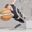 Basketball player shooting the ball - 图库照片