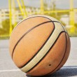 Static basketball iluminating by sunlight - 图库照片