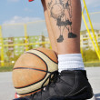 Basketball player legs and ball - 图库照片