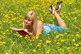 本を持つ少女 — ストック写真