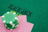 Блэк Джек стол с красной казино фишки — Стоковое фото