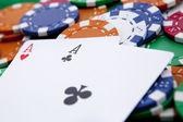 Pocket aces in einer casino-tisch — Stockfoto
