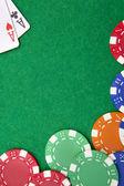 De azen van de zak van Texas holdem op casino tafel met kopie ruimte en chi — Stockfoto