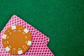 Две карты с лица вниз с фишки на зеленом столе — Стоковое фото