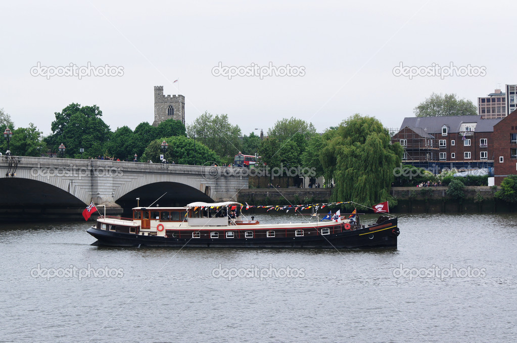 London, UK, Sunday, June 3, 2012: Hundred of boats muster on the river Thames in Putney for the Thames Diamond Jubilee Pageant. — Stock Photo #10947740