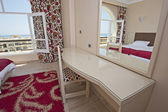 спальня в номере гостиницы — Стоковое фото