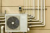 Klimatizační jednotka sedí venku — Stock fotografie