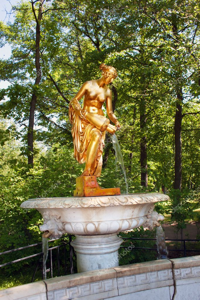 Danaid (Danaide) Fountain in Lower Park of Peterhof. St Petersburg, Russia — Stock Photo #11171147