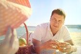 Man rengöring apelsinskal — Stockfoto