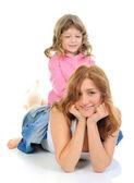 Chica alegre abraza a su madre joven. — Foto de Stock