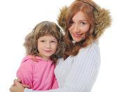 Allegra ragazza abbraccia la giovane madre. — Foto Stock