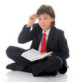 Petit garçon lisant un livre — Photo