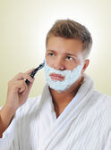Hombre joven de afeitar — Foto de Stock
