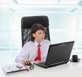 Jeune homme d'affaires à l'aide d'un ordinateur portable — Photo