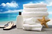 Witte towels handdoeken en sandalen met oceaan scène — Stockfoto