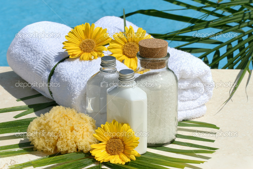 Spa products and white towels by the pool — Stok fotoğraf #11116395