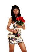 Ragazza nera con rose rosse. — Foto Stock