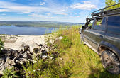 All-wheel drive SUV on the edge of a cliff — Stock Photo