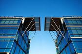 Lindo prédio moderno contra o céu azul — Foto Stock