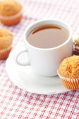 Barra de chocolate, té y muffin en tela escocesa — Foto de Stock