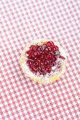 美丽的蛋糕与格子织物的莓果 — 图库照片