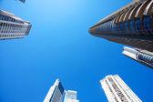 красивые современные здания против голубого неба — Стоковое фото