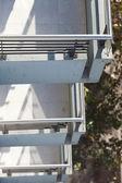 Drie balkons van boven naar beneden op een achtergrond van bomen — Stockfoto
