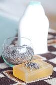Cosmetische container, lavendel en zeep op etnische mat — Stockfoto