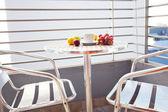 Balkondaki masanın üzerine çay ve meyve — Stok fotoğraf