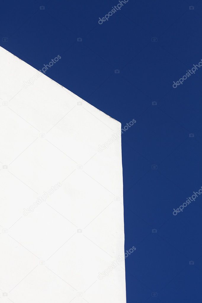 White wall of the building against the blue sky — Stock Photo #11127380