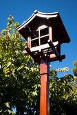 японский фонарик на фоне голубого неба — Стоковое фото