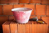 抹子、 水桶、 砖 — 图库照片