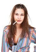 Grappige jonge vrouw huisvrouw met sigaret — Stockfoto