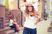 Vrouwen tekenreeksen duet speelt viool en cello op straat — Stockfoto