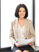Mujer feliz con documentos — Foto de Stock