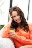 Bardak suyu ile güzel bir kadın — Stok fotoğraf