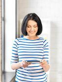Adolescente heureuse avec tablette pc — Photo