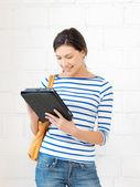 Ragazza felice con computer pc tablet — Foto Stock