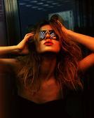 Fashionabla kvinna i nattklubb — Stockfoto