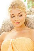 Krásná žena v wellness salonu — Stock fotografie