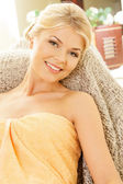 Mulher bonita no salão spa — Fotografia Stock