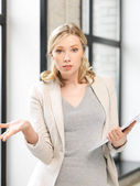 Martwi się kobieta z dokumentów — Zdjęcie stockowe