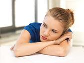 Unavená dospívající dívka s tužkou a papírem — Stock fotografie